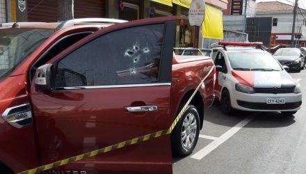 Caminhonete foi atingida por disparos no Centro de Nova Odessa — Foto: Renato Silva/Varal de Notícias.