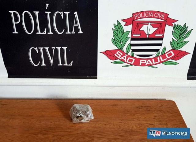 Com um usuário de droga foi localizado um pequeno pedaço de maconha pesando 2,8 gramas, comprado da traficante presa. Foto: DIVULGAÇÃO