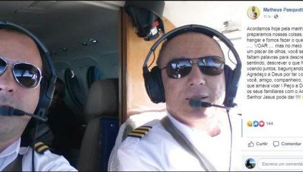 Matheus Pasquotti (à esquerda) homenageou com postagem no Facebook o amigo Benedito Fernando Ricci (à direita), que morreu durante o voo, neste sábado — Foto: Reprodução/Facebook.