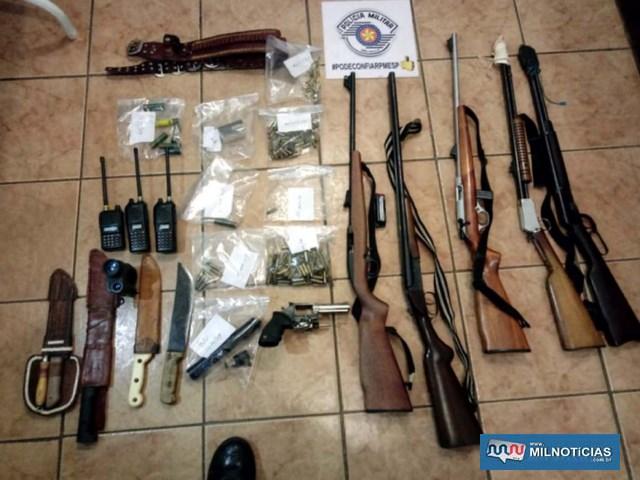 Foram apreendidas cinco espingardas, revólver, munições de diversos calibre, silenciador e facões. Foto: DIVULGAÇÃO/PM