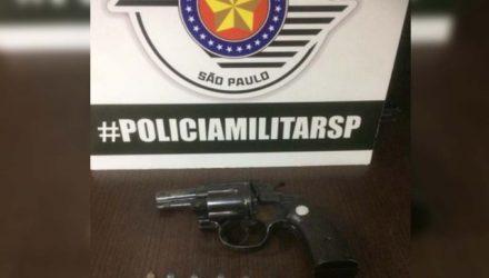 Foi apreendido um revólver da INA, calibre .32mm, com cinco munições intactas e uma picotada. Foto: DIVULGAÇÃO/PM