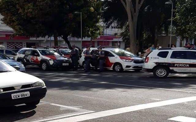 Policiais militares foram acionados após roubo de malote no centro de Araçatuba (Reprodução/ WhatsApp)