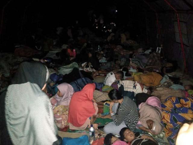 Moradores descansam do lado de fora de uma mesquita após terremoto — Foto: Antara Foto Agency/Reuters.