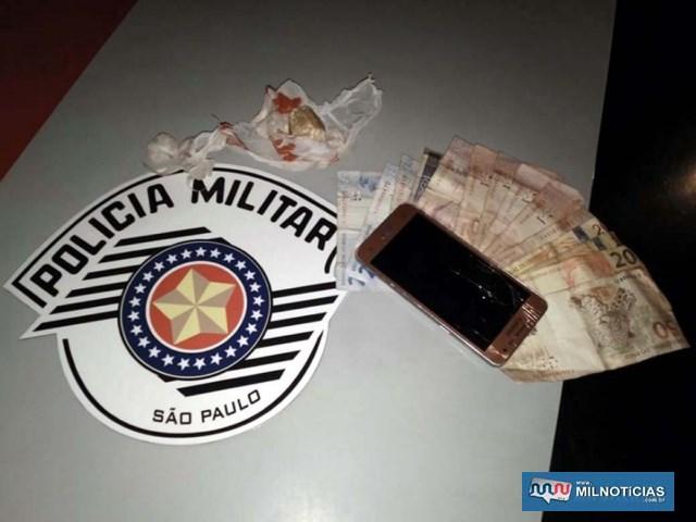 Foram apreendidas diversas pedras de crack, com peso total de 30g em posse do casal acusado, além de R$ 158,00 escondidos no carrinho de bebê. Foto: DIVULGAÇÃO