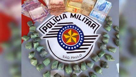 Foram localizadas 40 porções de maconha (cannabis sativa), além de R$ 490,00 em dinheiro. Homem ainda tinha um mandado de prisão por homicídio em Birigui. Foto: DIVULGAÇÃO/PM