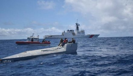 Membros da Guarda Costeira americana em uma embarcação interditada no dia 31 de julho em águas internacionais no Oceano Pacífico Oriental. A tripulação apreendeu mais de 2 toneladas de cocaína dentro da embarcação. — Foto: Guarda Costeira dos EUA.