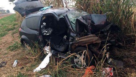 Veículo Ford Ka em que estava a família de Andradina ficou bastante destruído após o acidente. Foto: DIVULGAÇÃO