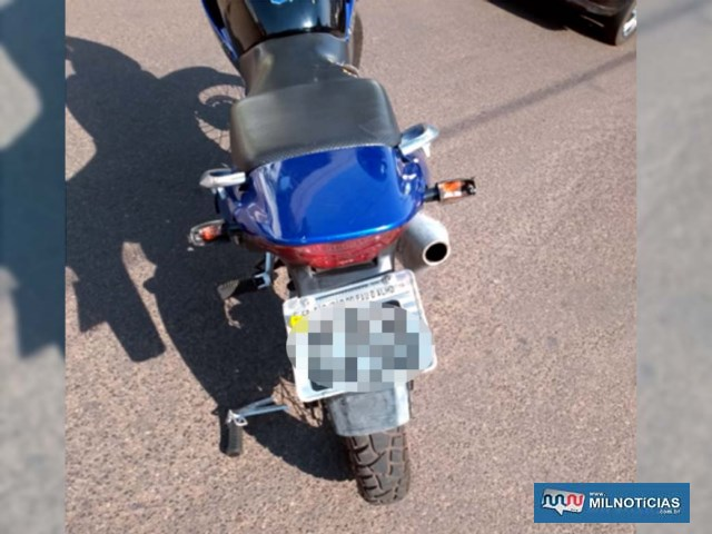 A motocicleta sofreu quebra dos piscas traseiros, pedal de apoio do garupa, lado direito, além de riscos na carenagem. Foto: DIVULGAÇÃO