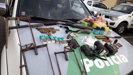 Armas, munições, armadilhas e animais foram localizados em um sítio em Agudos (SP) — Foto: Divulgação/PM Ambiental