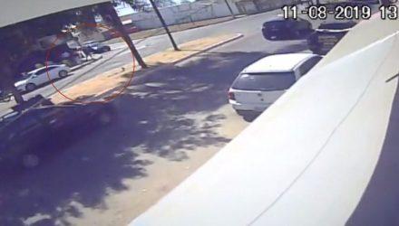 Câmera registra suspeito atirando contra pintor em Birigui — Foto: Reprodução/Câmera de segurança.