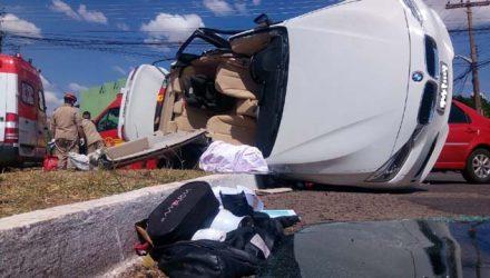 BMW teve o teto cortado para o resgate de duas pessoas — Foto: Flávia Galdiolle/TV Morena.