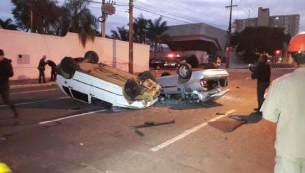 Carros ficaram com as quatro rodas para cima após colisão em Campo Grande — Foto: José Aparecido / Tv Morena.