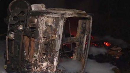 Carreta pegou fogo após o acidente — Foto: Reprodução/TV Santa Cruz.