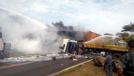 Com o impacto, os veículos pegaram fogo. Fotos: Ilha de Noticias