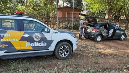 Carro lotado de maconha foi abandonado às margens da SP-613 — Foto: Polícia Militar Rodoviária.
