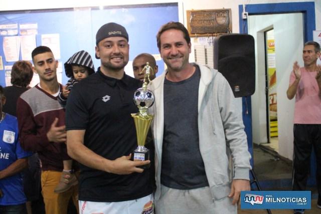 Wesley, a esq., (WWM), recebe das mãos de Adriano Pedrialli, troféu de vice campeão da competição. Foto: MANOEL MESSIAS/Agência