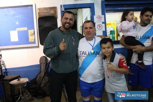 João Roque recebe medalha do amigo Ricardo Prando, com o filho Heitor. Foto: Juliana Galdino