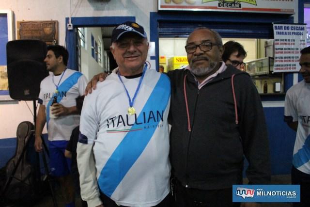 Humberto Monteverde (esq.), recebe medalha das mãos de Ray. Foto: Juliana Galdino