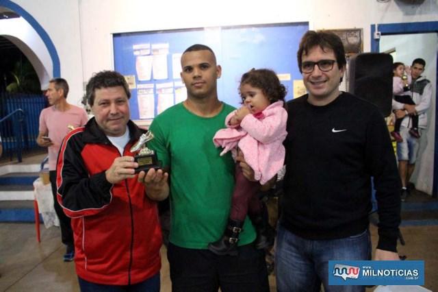 A partir da esq., Mirim, o artilheiro dos Novos Diego, da WWM (12 gols) e Maurício Carneiro. Foto: MANOEL MESSIAS/Agência