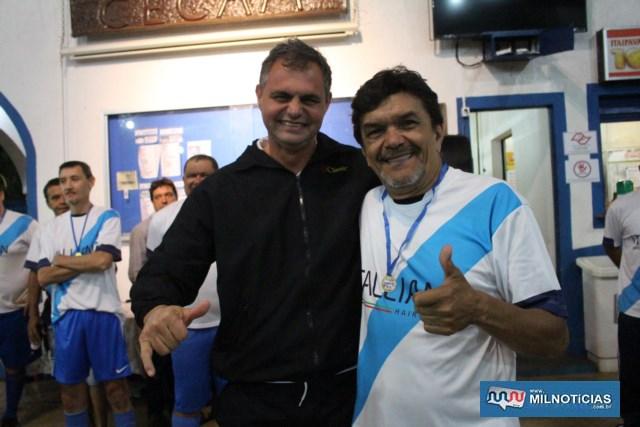 Manoel Messias (dir.), recebe medalha das mãos do amigo Valdair Palota, que veio de Guaraçaí para assistir a final. Foto: Juliana Galdino