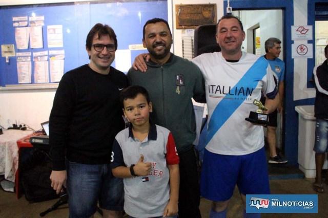 A partir da dir., Edgar (Itallian),, artilheiro dos Veteranos, com 5 gols, Ricardo Prando, Maurício e o menino Heitor. Foto: MANOEL MESSIAS/Agência