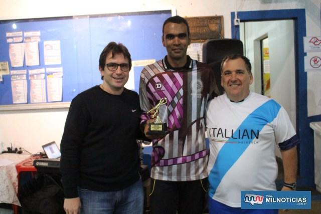 Goleiro Thiago 'Mudinho', da Itallian, recebe de João Roque e Maurício, troféu de goleiro destaque da competição. Foto: MANOEL MESSIAS/Agência