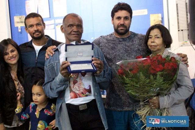 Presidente do Cecam, Marcio Tuffy (barba), presta homenagem com cartão de prata para 'DEN', junto com sua família. Foto: MANOEL MESSIAS/Agência
