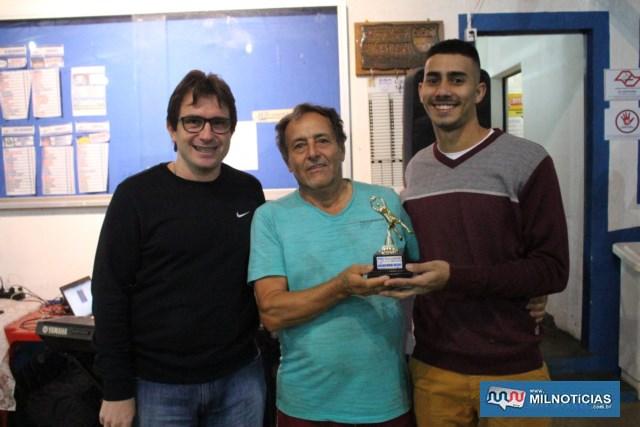 A partir da dir., goleiro Renato, recebe troféu de defesa menos vazada das mãos de Mané Português (c) e Maurício. Foto: MANOEL MESSIAS/Agência