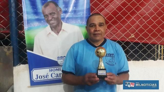 Marinho (WWM), recebe troféu de jogador destaque da competição na categoria Veteranos. Foto:  MANOEL MESSIAS/Agência