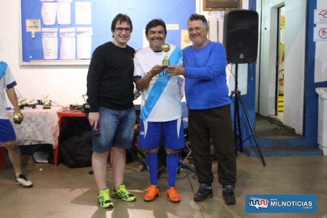 Mané do Jornal (c), recebe troféu de destaque Máster, das mãos de Nenê (dir.,) e Maurício. Foto: MANOEL MESSIAS/Agência