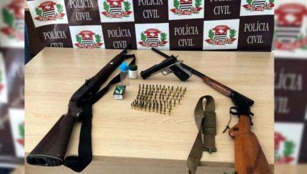Foram apreendidas duas espingarda calibres 22 e 28, 150 munições e bombas usadas em tanques de peixe. Fotos: DIVULGAÇÃO/Polícia Civil