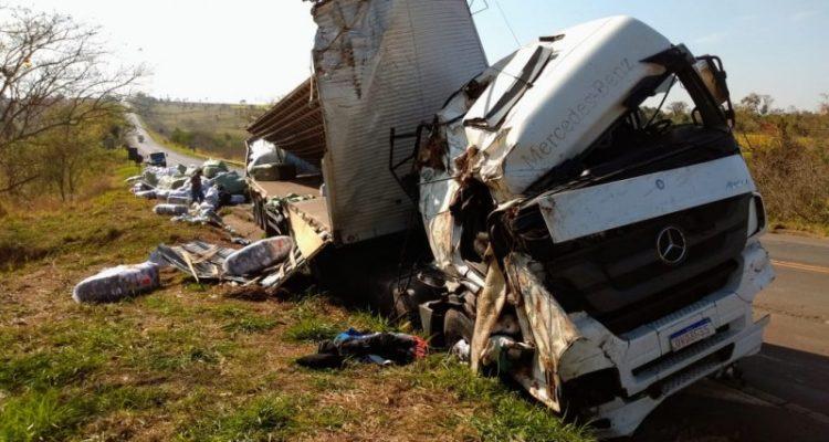 Os ocupantes do caminhão morreram no local; veículo estava carregado de tecidos. Foto: Ivan Ambrósio