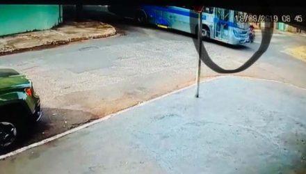 Momento da colisão entre o motociclista e o ônibus em cruzamento de MS — Foto: Polícia Civil/Divulgação.