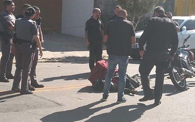 Homem com roupa de entregador é baleado nos Jardins suspeito de tentar roubar relógios — Foto: Reprodução/ TV Globo.