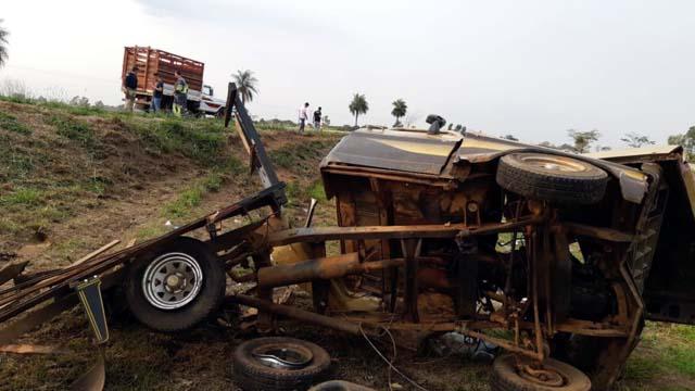 Caminhonete Ford F100, seguia no mesmo sentido do Corolla. Fonte: marilianoticias.com.br