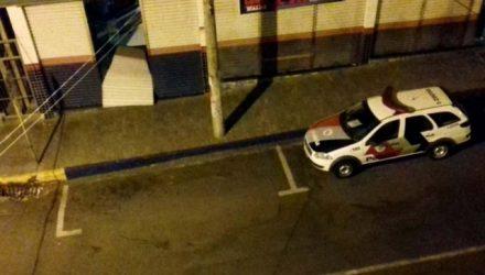 Testemunha flagra viatura da PM em frente da loja arrombada. Foto: DIVULGAÇÃO
