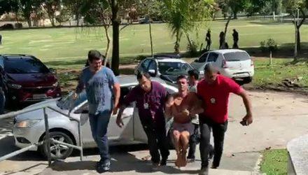 Márcio Júnior Silva de Souza, o Marcinho, tentou fugir e precisou ser algemado nas mãos e nos pés pelos policiais — Foto: Reprodução / TV Globo.