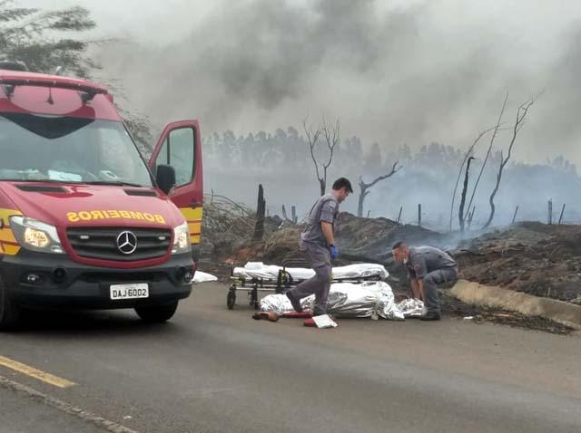 Seis pessoas morreram carbonizadas na SP-284, em Martinópolis — Foto: Cláudio da Ponte