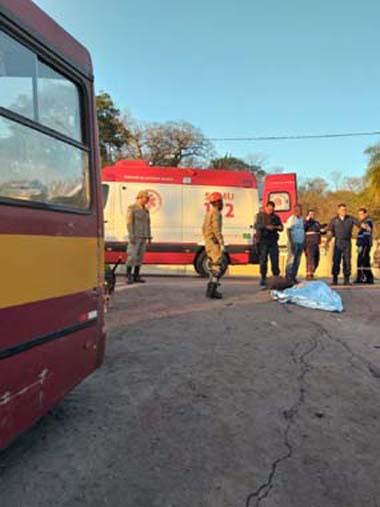 Motociclista morreu após colisão com ônibus — Foto: Corpo de Bombeiros/Divulgação.