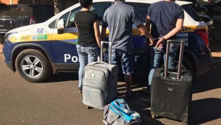 Peruanos presos em Brasilândia com 43,5 quilos de maconha — Foto: Polícia Militar/Divulgação.