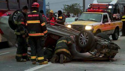 Carro capotado na Ponte do Socorro — Foto: Reprodução/TV Globo.