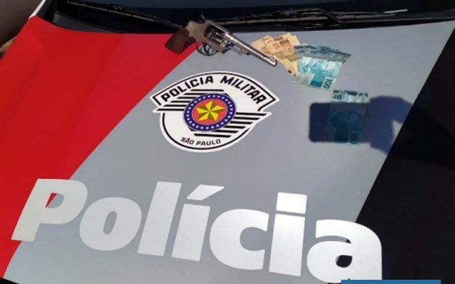 Foram apreendidos um revólver calibre .38mm, sem munição, além de aproximadamente R$ 2.060,00 e um celular. Foto: DIVULGAÇÃO/PM