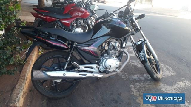 Motocicleta teve pequenas avarias e ficou estacionada até que a vítima tivesse condições de ser resgatada. Foto: MANOEL MESSIAS/Agência