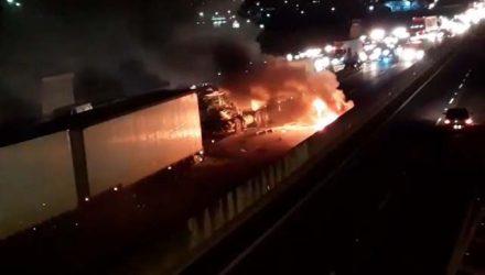 Acidente entre caminhão e carro interdita pista na Rodovia Anhanguera, em Campinas (SP) — Foto: Rodrigo Kuro.