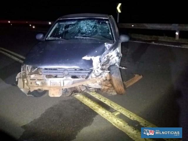 Veículo VW Gol roubado da vítima ficou bastante danificado depois de bater contra a defensa metálica do trevo de acesso de Lavínia à Rondon. Fotos: DIVULGAÇÃO