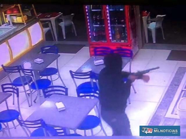 Roubo aconteceu quando dupla entrou na sorveteria, com um dos adolescentes armado com uma espécie de garrucha. Foto: Reprodução