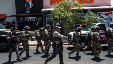 Forças de segurança respondem aos tiros no centro comercial em El Paso, no Texas, no sábado (3). — Foto: Joel Angel Juarez/AFP