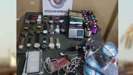 Foram apreendidos 20 relógios, 9 caixas de som mini speaker blue tooth, além de 9 rádios AM/FM. Foto: DIVULGAÇÃO/PM
