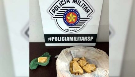 Foram apreendidos 141 gramas de crack, e rapaz de 18 anos foi preso acusado de tráfico de entorpecentes. Fotos: DIVULGAÇÃO/PM