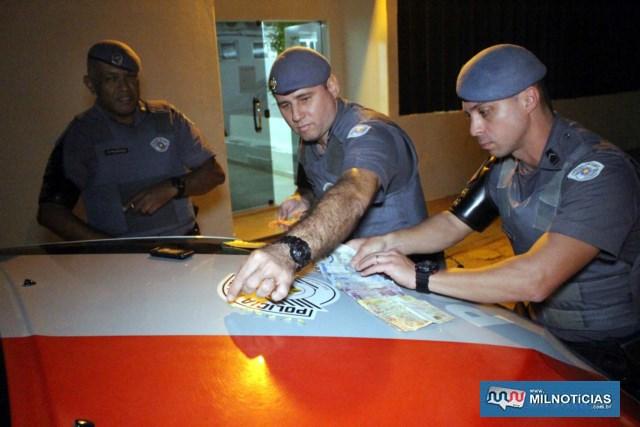 Prisão do acusado foi feita pela equipe de FT com sargento PM Licato (centro), cabo PM Andrade (esq;), e soldado PM Camargo (dir.). Foto: MANOEL MESSIAS/Agência